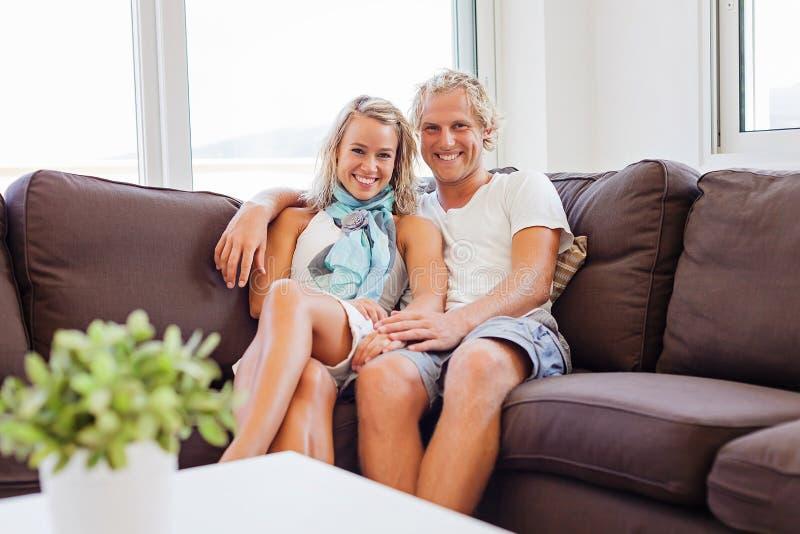 Pares felizes em casa fotografia de stock royalty free