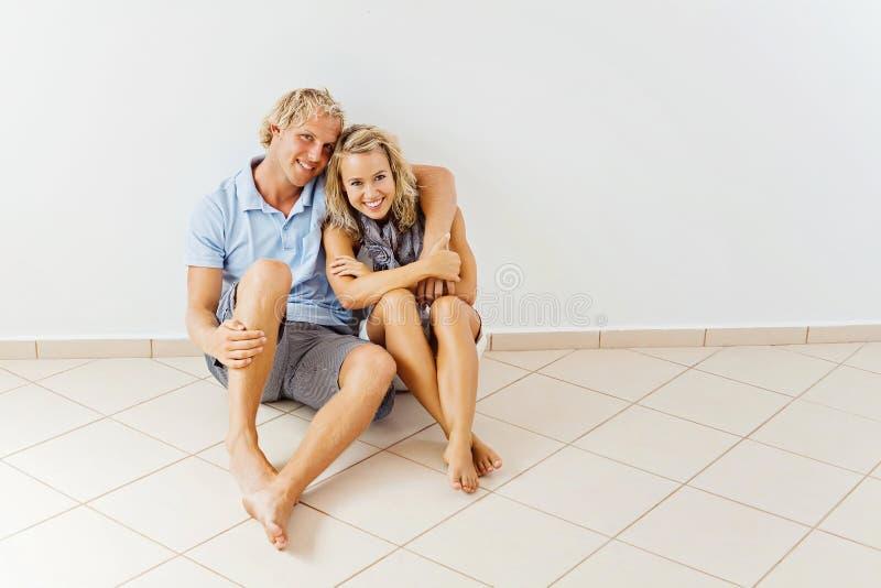 Pares felizes em casa fotos de stock