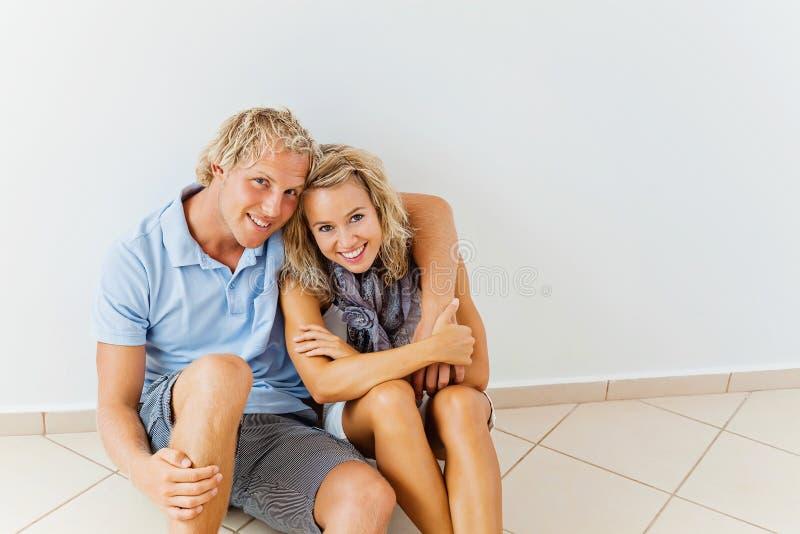 Pares felizes em casa fotos de stock royalty free