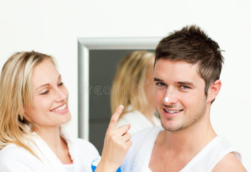 Pares felizes em um banheiro fotos de stock royalty free