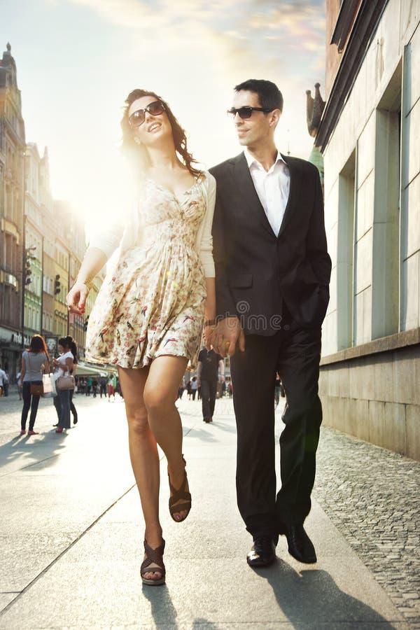 Pares felizes em um centro de cidade fotos de stock royalty free