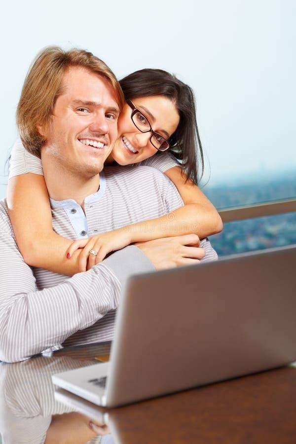 Pares felizes na frente do portátil imagem de stock royalty free