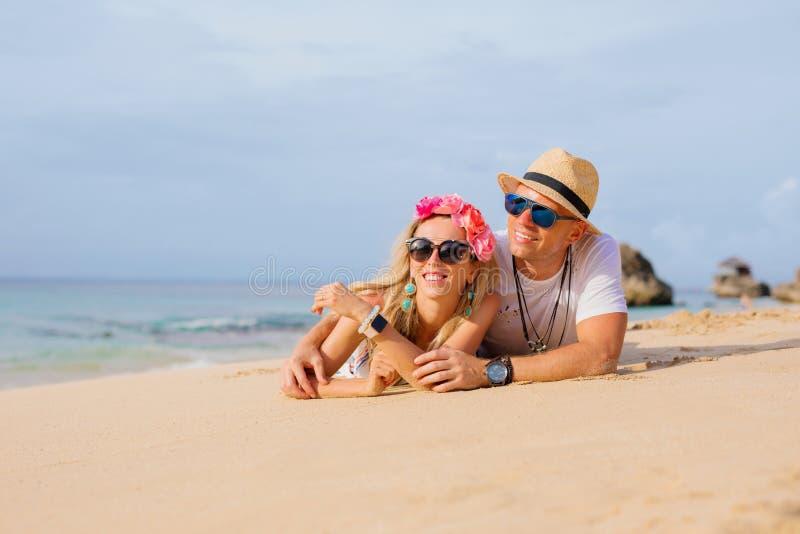 Pares felizes na praia fotografia de stock royalty free