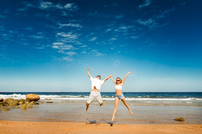 Pares felizes na praia imagem de stock royalty free
