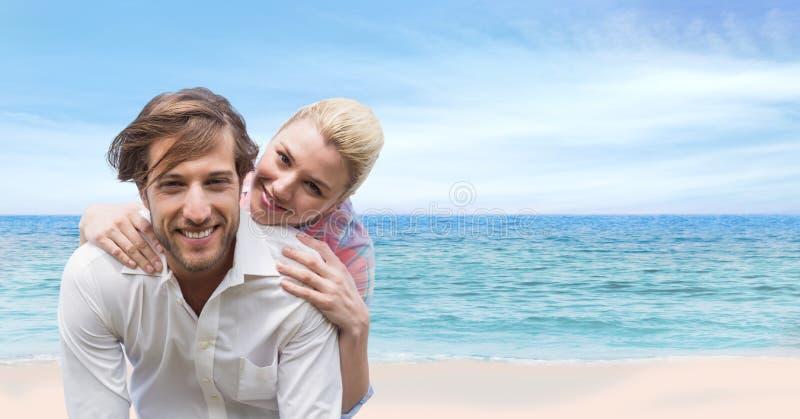 Pares felizes na praia imagens de stock royalty free