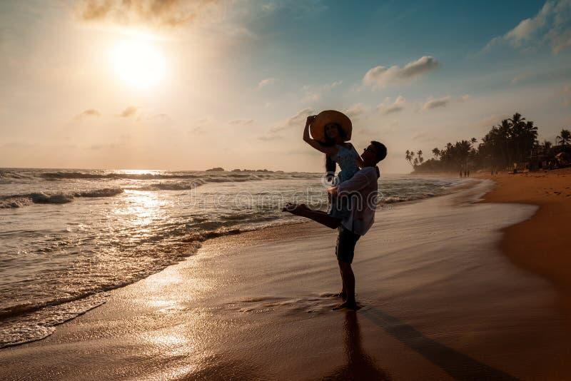 Pares felizes na praia do oceano fotos de stock