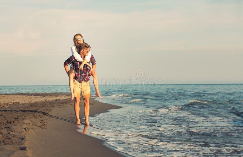 Pares felizes no amor em férias de verão da praia fotografia de stock