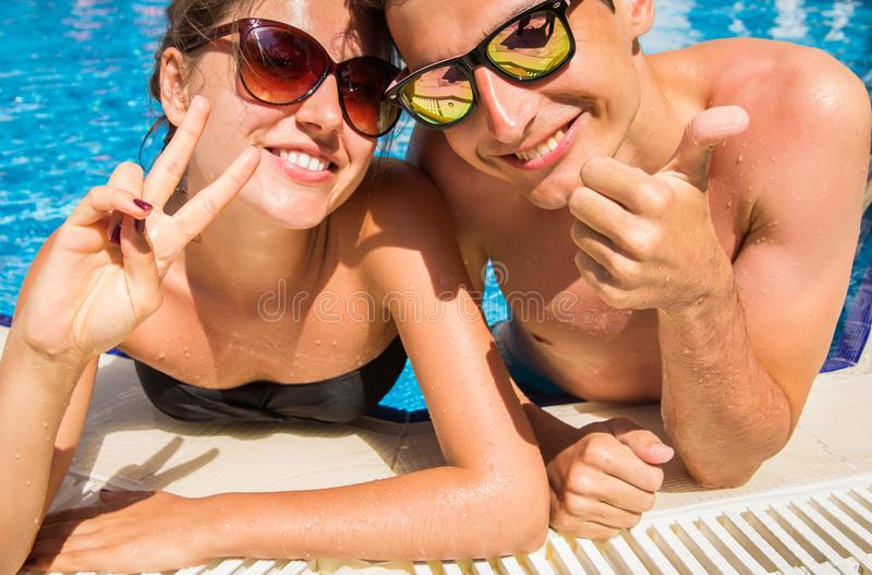 Pares felizes no amor na piscina foto de stock royalty free