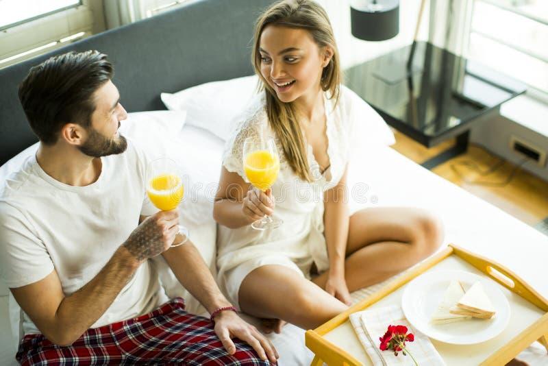 Pares felizes no amor que come o café da manhã romântico imagem de stock royalty free