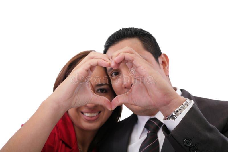 Pares no amor que mostra o coração foto de stock royalty free