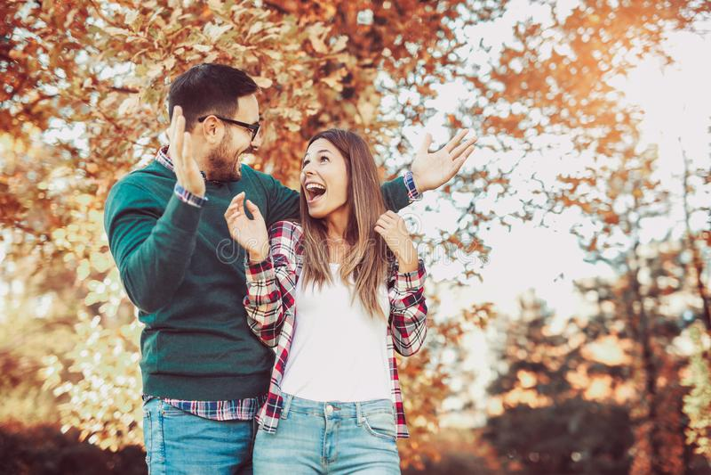 Pares felizes no amor que tem o divertimento fora imagens de stock