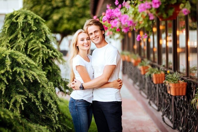 Pares felizes no amor que tem o divertimento na rua fotografia de stock