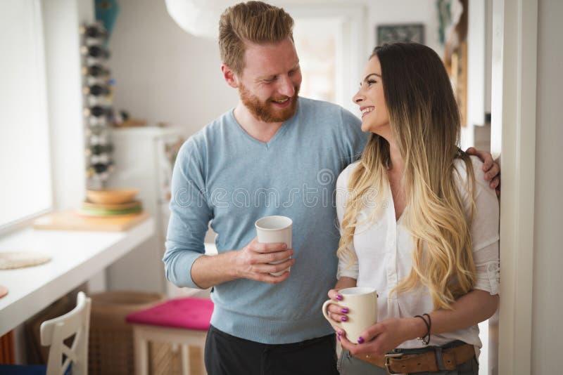 Pares felizes no café bebendo da manhã do amor em casa fotografia de stock royalty free