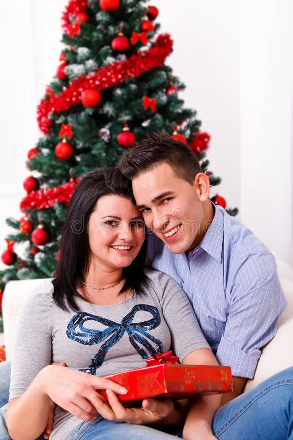 Pares felizes no dia de Natal fotos de stock