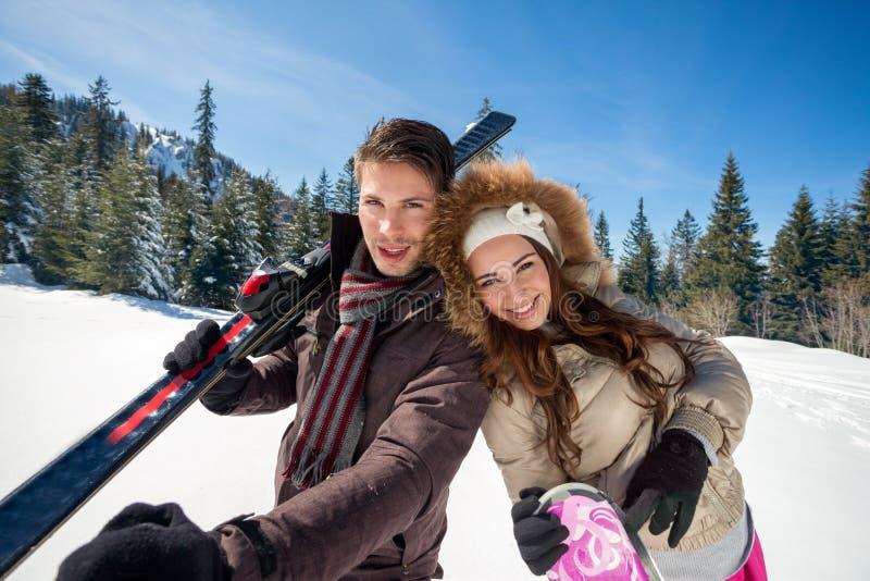 Pares felizes no esqui fotografia de stock
