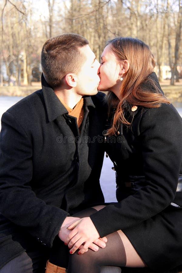 Pares felizes no parque da cidade no dia de Valentim foto de stock royalty free
