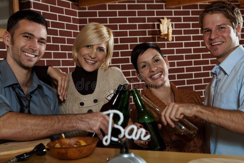 Pares felizes no pub imagens de stock