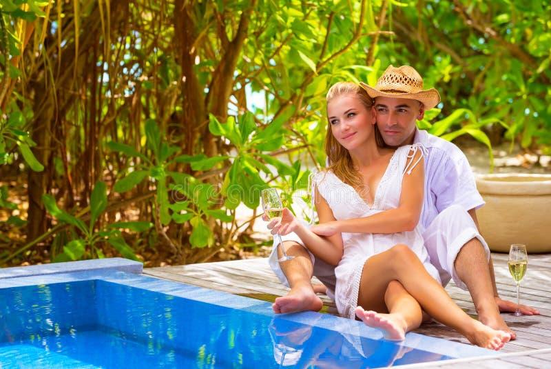 Pares felizes no recurso romântico imagens de stock royalty free