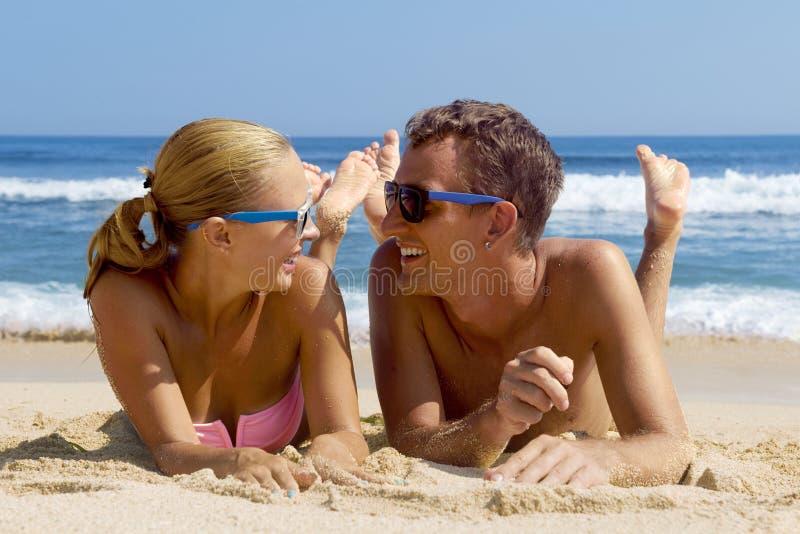 Pares felizes nos óculos de sol imagem de stock