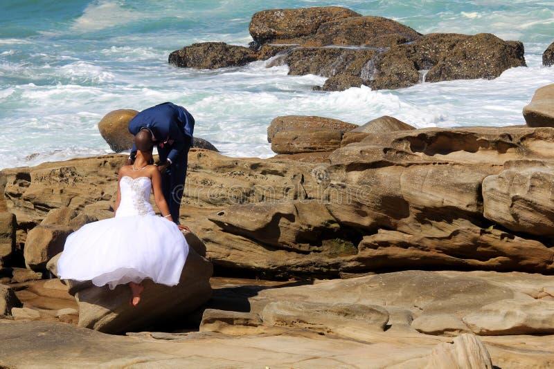 Pares felizes novos na praia Foto do casamento foto de stock royalty free