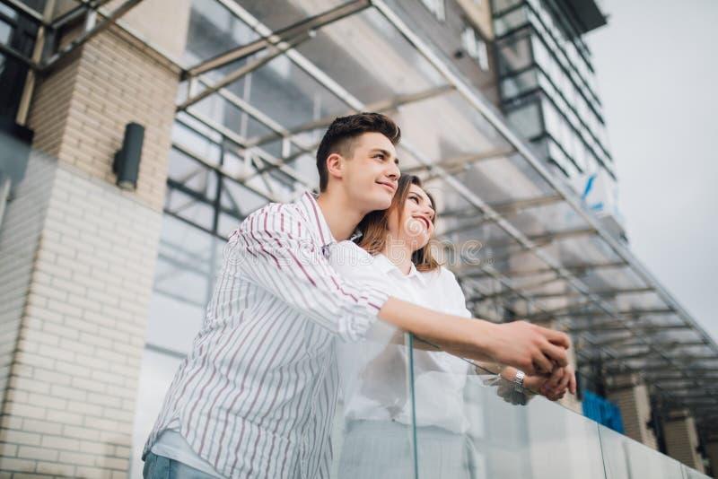 Pares felizes novos para relaxar e ter o divertimento no balcão em seu apartamento novo da casa imagem de stock royalty free