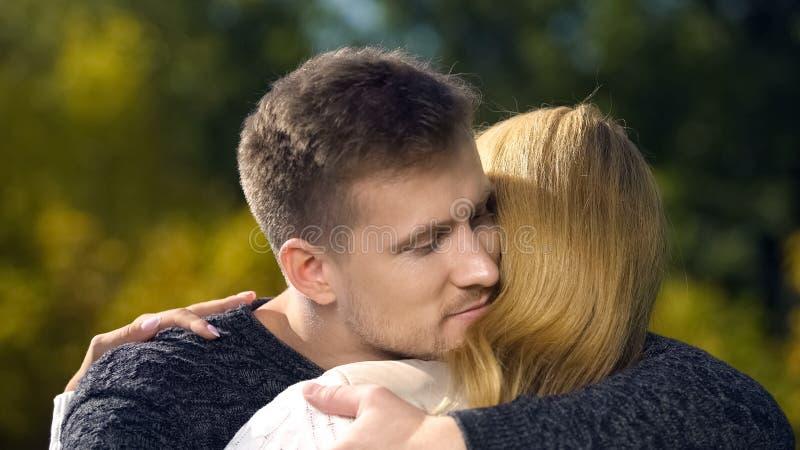 Pares felizes que abraçam, apoiando-se, apreciando o tempo junto, cuidado imagem de stock