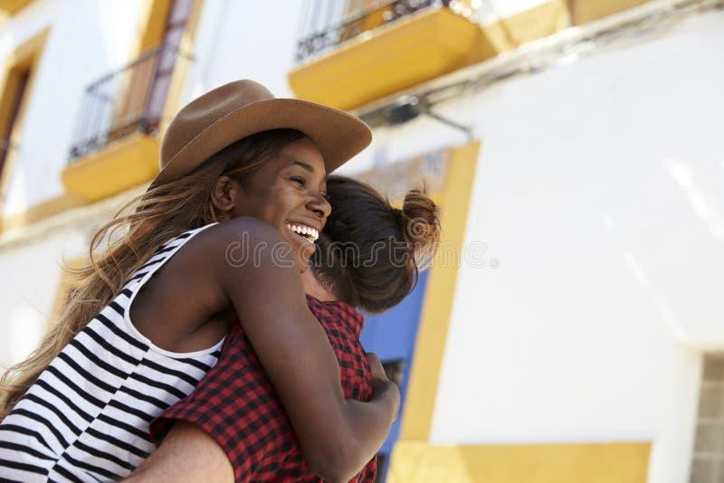 Pares felizes que abraçam na rua, fim acima, Ibiza, Espanha fotografia de stock royalty free