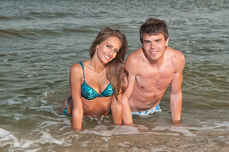 Pares felizes que apreciam férias na praia fotos de stock royalty free