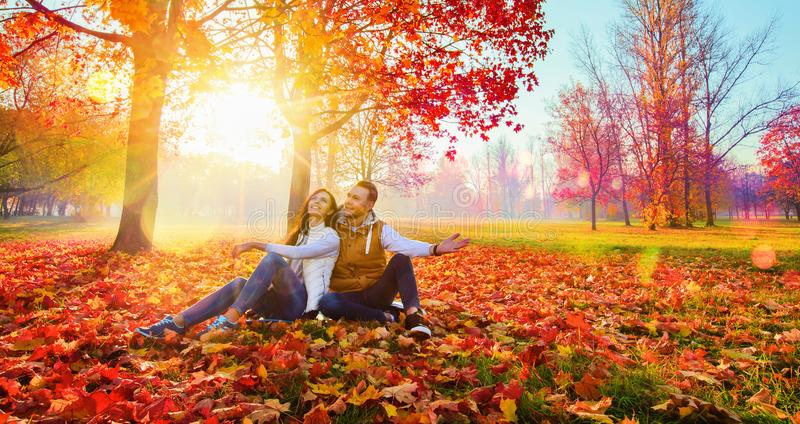 Pares felizes que apreciam o outono fotos de stock