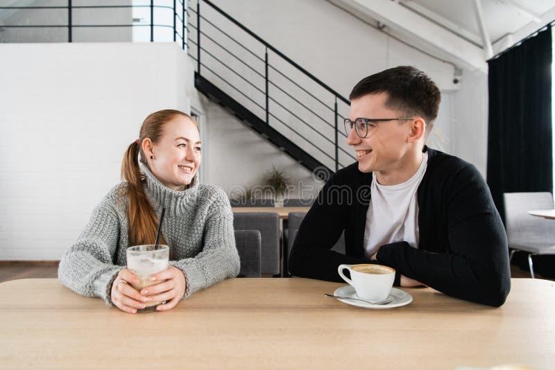 Pares felizes que apreciam um café na cafetaria imagem de stock