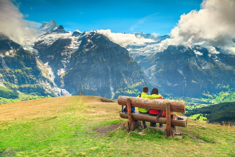 Pares felizes que apreciam a vista da parte superior da montanha fotografia de stock royalty free