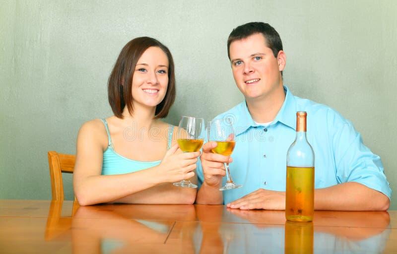 Pares felizes que Cheering com vinho foto de stock royalty free