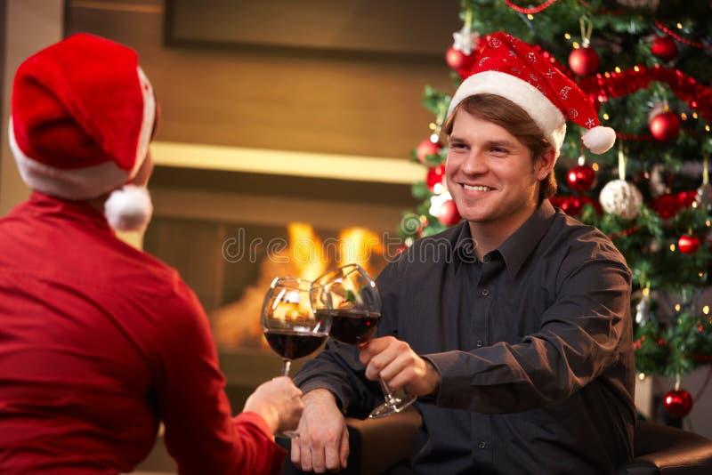 Pares felizes que comemoram o Natal foto de stock royalty free