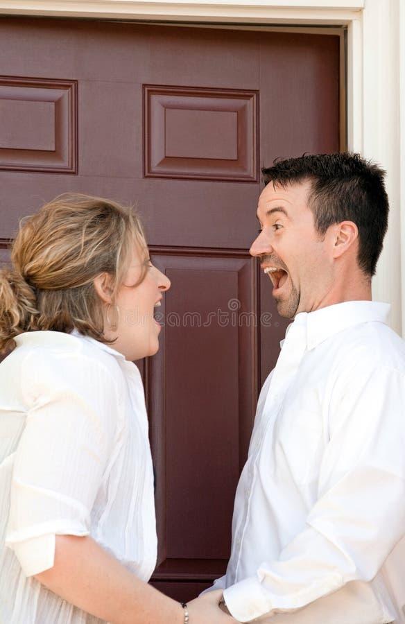 Pares felizes que compram uma HOME nova imagens de stock