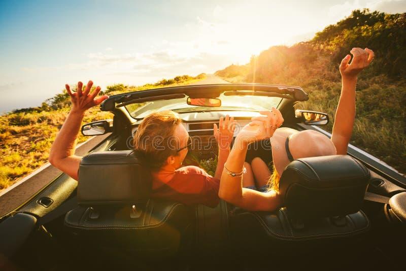 Pares felizes que conduzem no Convertible foto de stock royalty free