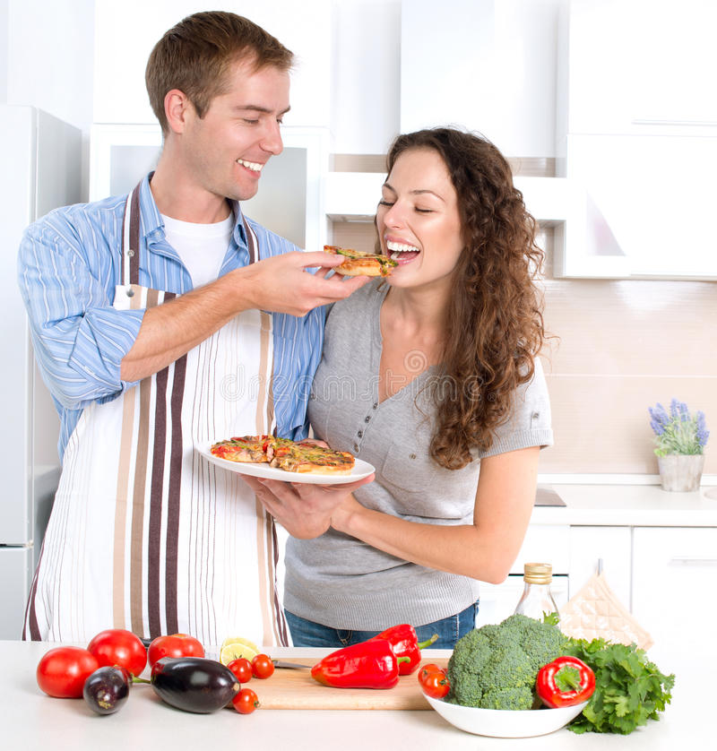 Pares felizes que cozinham junto imagens de stock