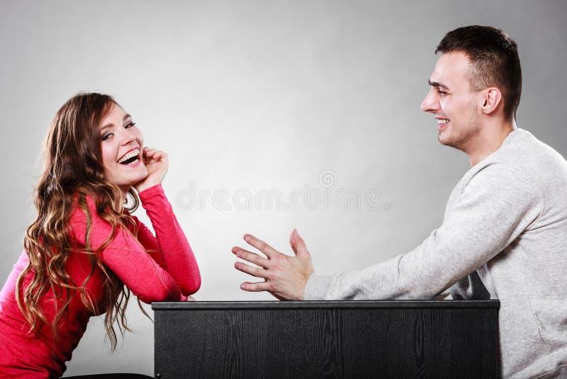 Pares felizes que falam na data conversação foto de stock royalty free