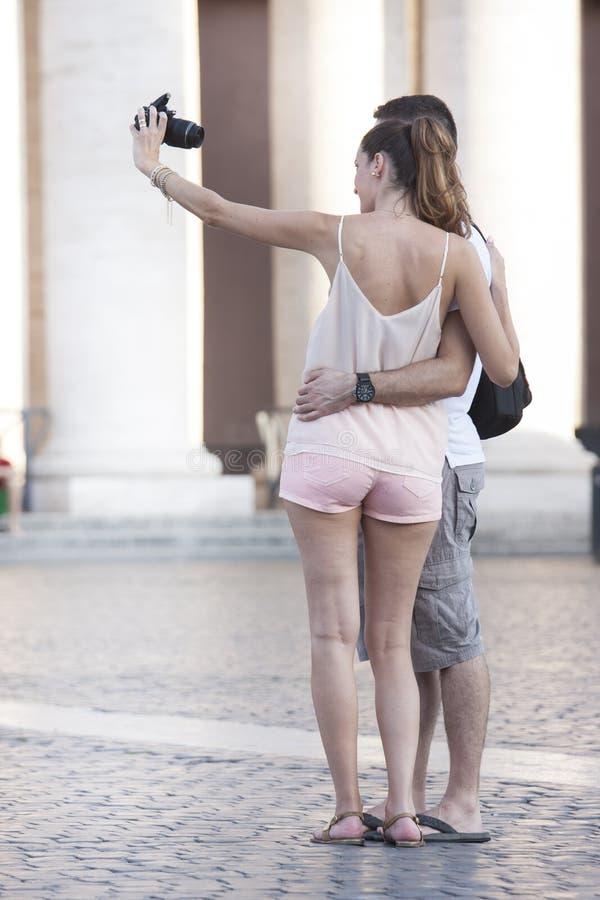 Pares felizes que fazem o selfie com câmera da foto feriado imagem de stock royalty free