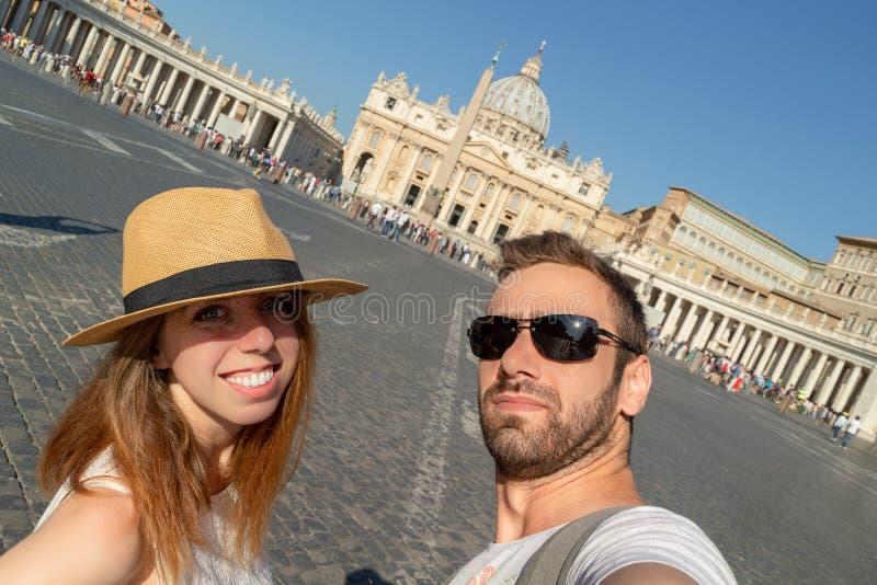 Pares felizes que fazem o selfie contra a basílica de St Peter fotos de stock royalty free
