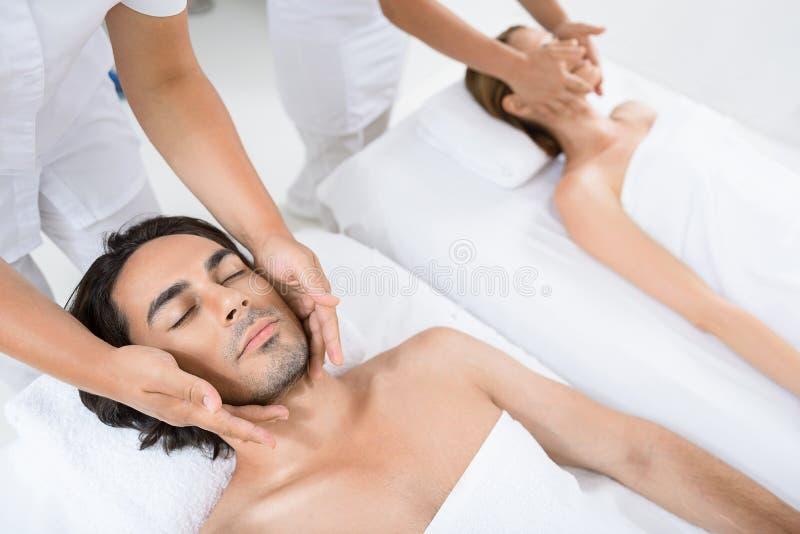 Pares felizes que obtêm a massagem em termas fotos de stock royalty free