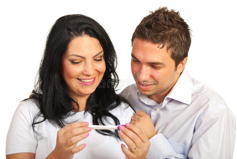 Pares felizes que olham o teste de gravidez fotos de stock royalty free