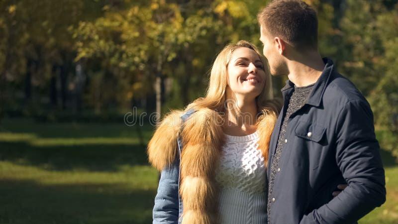 Pares felizes que olham se, caminhada no parque bonito, amor verdadeiro do outono fotos de stock