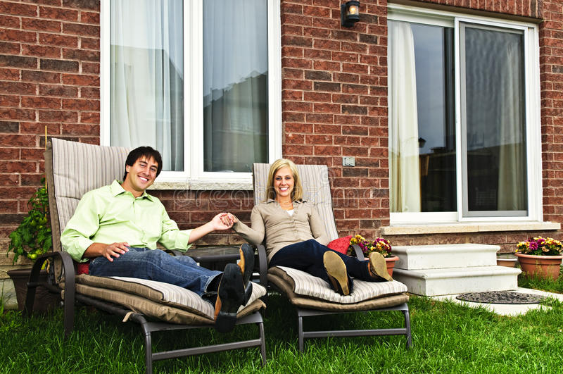 Pares felizes que relaxam em casa fotografia de stock royalty free