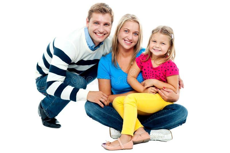 Pares felizes que sorriem com filha foto de stock