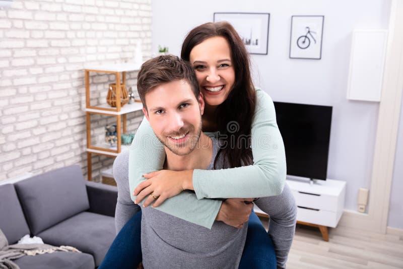 Pares felizes que t?m o divertimento em casa imagem de stock royalty free