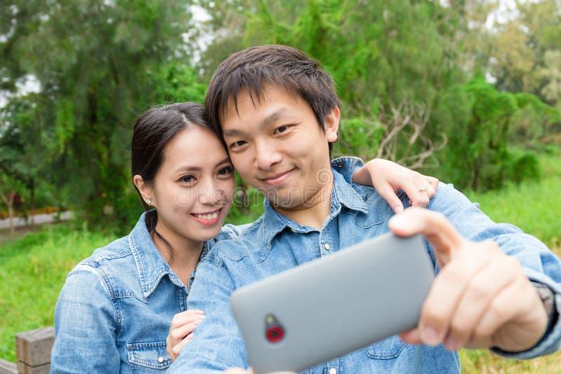 Pares felizes que tomam o selfie imagens de stock