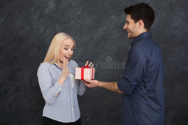 Pares felizes que trocam presentes, espaço da cópia fotos de stock