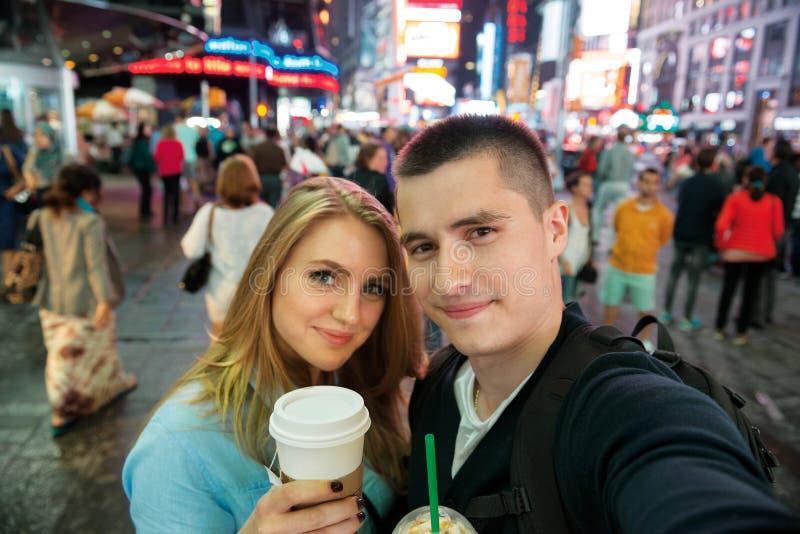 Pares felizes que viajam em New York City e no café bebendo fotografia de stock royalty free