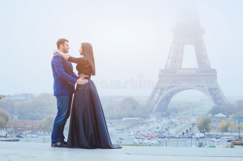 Pares felizes que viajam em Paris fotos de stock royalty free