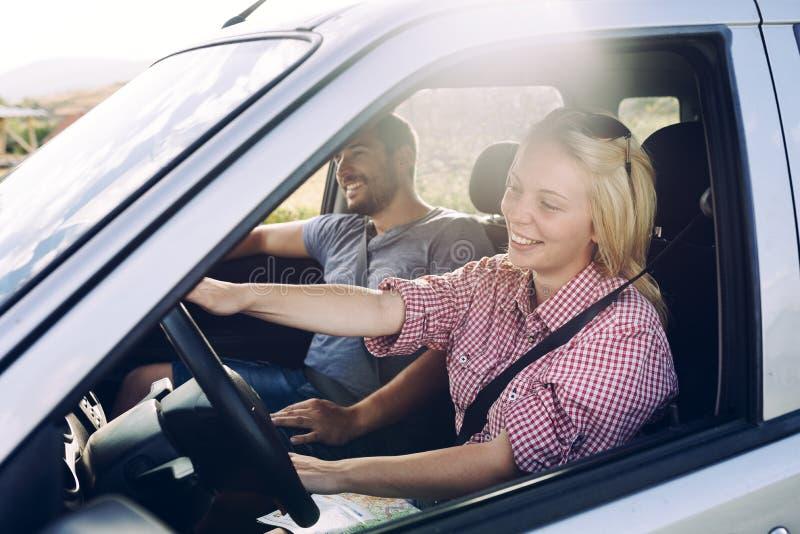 Pares felizes que viajam pelo carro na natureza Viajantes despreocupados do amigo na viagem do roadtrip do campo fotos de stock